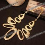 Прекрасное ожерелье украшенное несимметричными формами.