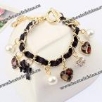 Великолепный, стильный браслет, украшенный бантиком и сердечками.
