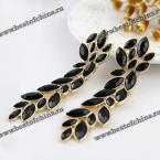 Изысканные, элегантные серьги в виде листьев, украшенные драгоценными камнями.