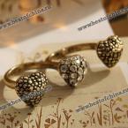 Необычное кольцо на два пальца, украшенное тремя сердечками.