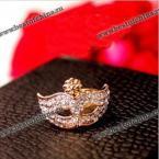 Прекрасное кольцо в виде маски, украшенное камнями горного хрусталя.(Цвет - золотистый)