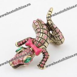 Восхитительное кольцо в виде крокодила, украшенного бантиком и камнями горного хрусталя.