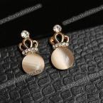 Прекрасные серьги украшенные камнем опал и маленькой короной.(Цвет - белый)