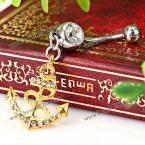 Великолепное кольцо для пупка в виде золотистого якоря.