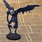 """Интересная игрушечная фигурка в виде чёрного скелета из мультфильма """"Тетрадь смерти""""."""