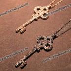 Прекрасная цепочка украшенная великолепным кулоном в виде ключа с камнями.