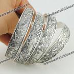 Великолепный браслет в этническом стиле украшенный прекрасным цветочным узором.