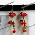 Великолепные серьги украшенные красными бусинками.
