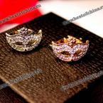 Великолепное кольцо в виде маски украшенное камнями горного хрусталя.(Цвет - серебристый, один размер)