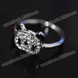 Нежное кольцо в виде маленькой панды, украшенное камнями горного хрусталя.