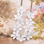 Прекрасное ожерелье, украшенное нежными цветками камелии.