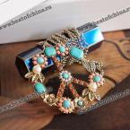Изысканное ожерелье, украшенное яркими разноцветными бусами.