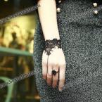 Элегантный браслет из ажурной тесьмы и прекрасное кольцо в виде розы.