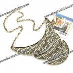 Стильное ожерелье в виде трёх соединённых полумесяцев.